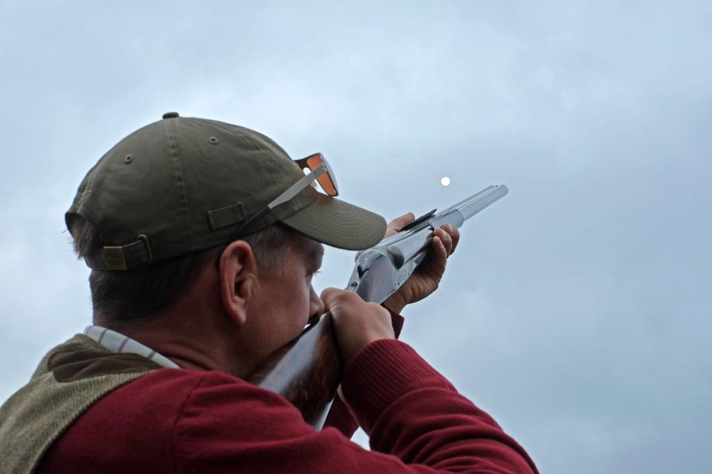 Fokus skal HELE tiden være på fugle (den hvide cirkel) og ikke geværet for at få bedre skydning
