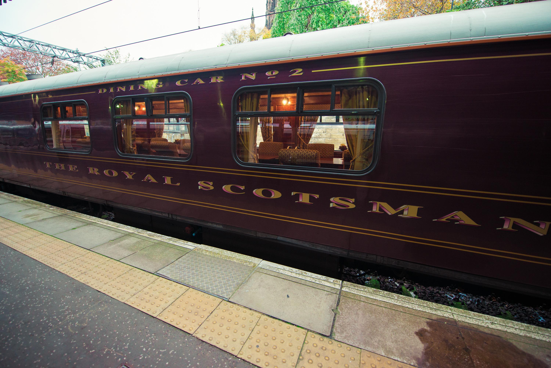 """På hele turen kører du i en specielt luksusudgave af det historiske tog """"The Royal Scotsman"""" med tjenere til hele fra rensning af geværer til servering i spisevognen."""