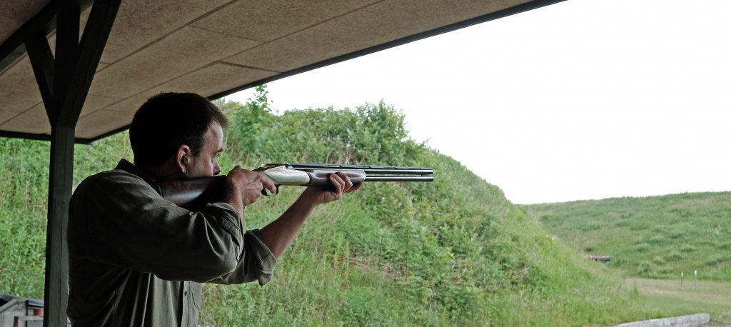 Redaktør Simon Schou fra JAGT Vildt & Våben var med til testen af Bennellien på Herning Jagt Center så han kunne se hvor hårdt arbejde det er at teste geværer...