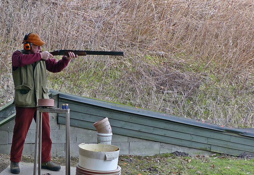 Jeg tester geværerne på forskellige skydebaner. Mest på Herning Jagcenter, som her med en Baikal på trapbanen.