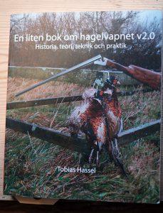 """Forsiden på Tobias Hassels fremragende """"lille"""" bog om haglgeværets teknik"""