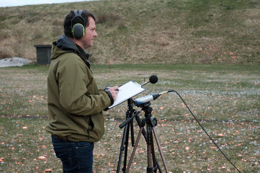 Bjørn Petersen fra BPStøjmåling tester lyddæmper på Herning Jagt Center